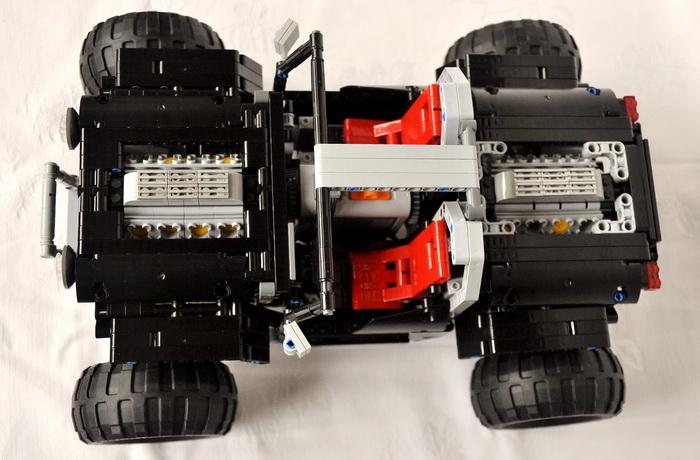 还有两套驱动装置,四套独立转向装置,四套独立悬挂系统,从结构上相当