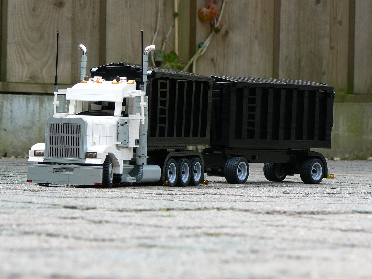 kenworth_w900_white_one_-_006m.jpg