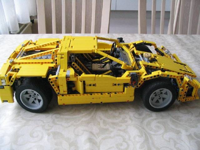 yellowsupercar_001.jpg