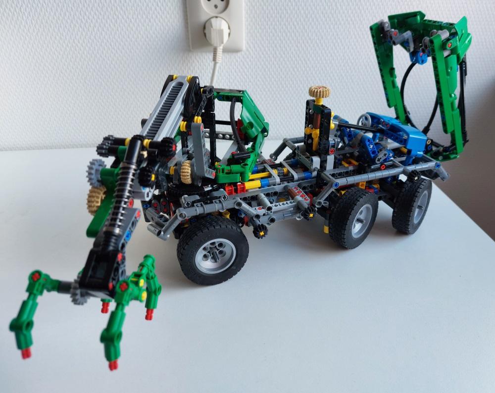 lego_8446studlessclone2021_take3_5.jpg
