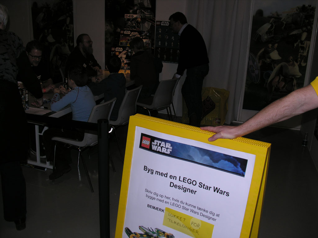 113_sign_up_to_build_with_a_lego_starwars_designer.jpg
