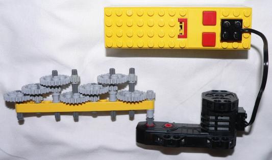 Un demoltiplicatore 1:2187 (sette scambi 8:24 in serie) agganciato ad un motore 9V