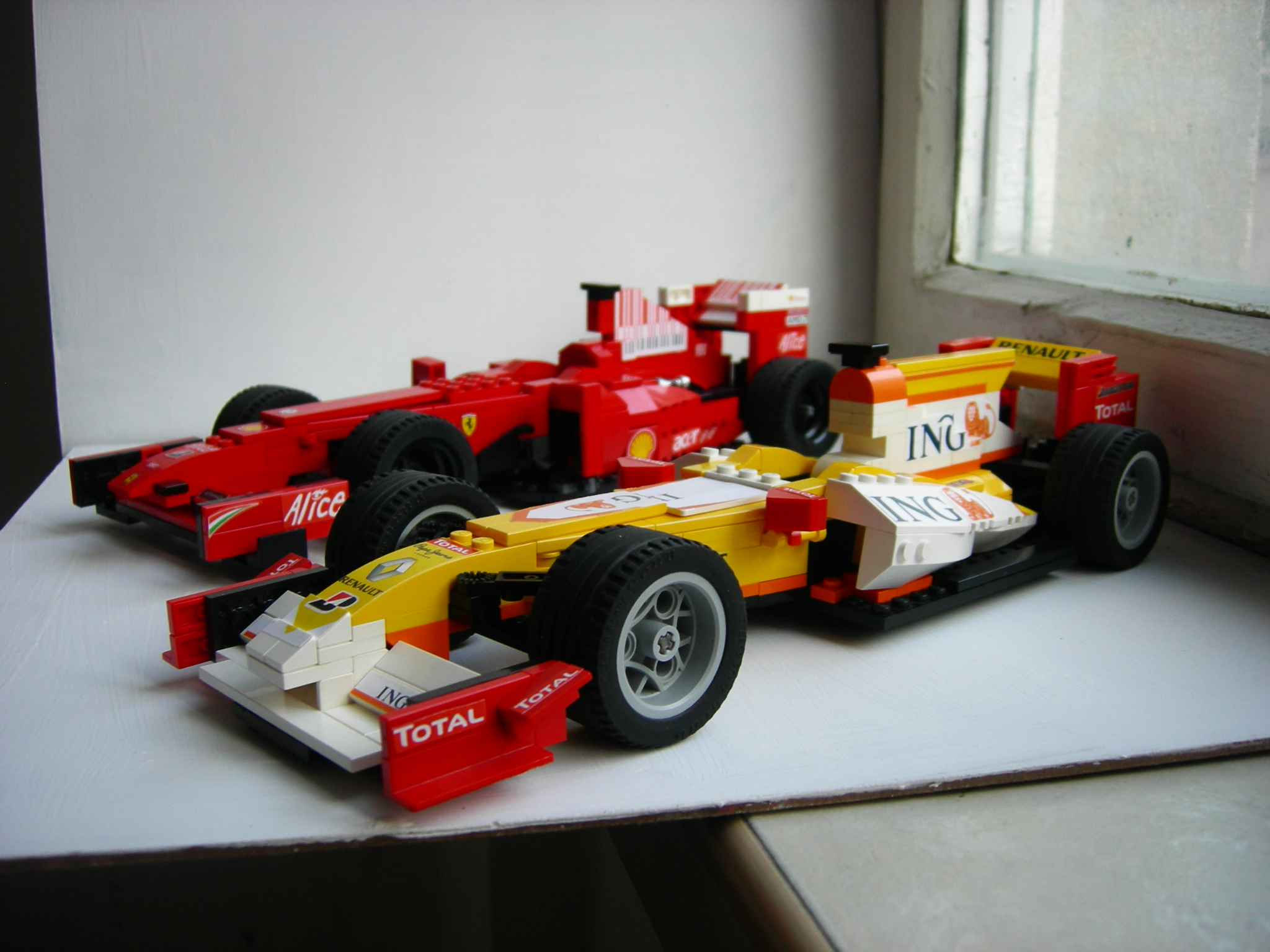 renault_and_ferrari_f1_2009.jpg