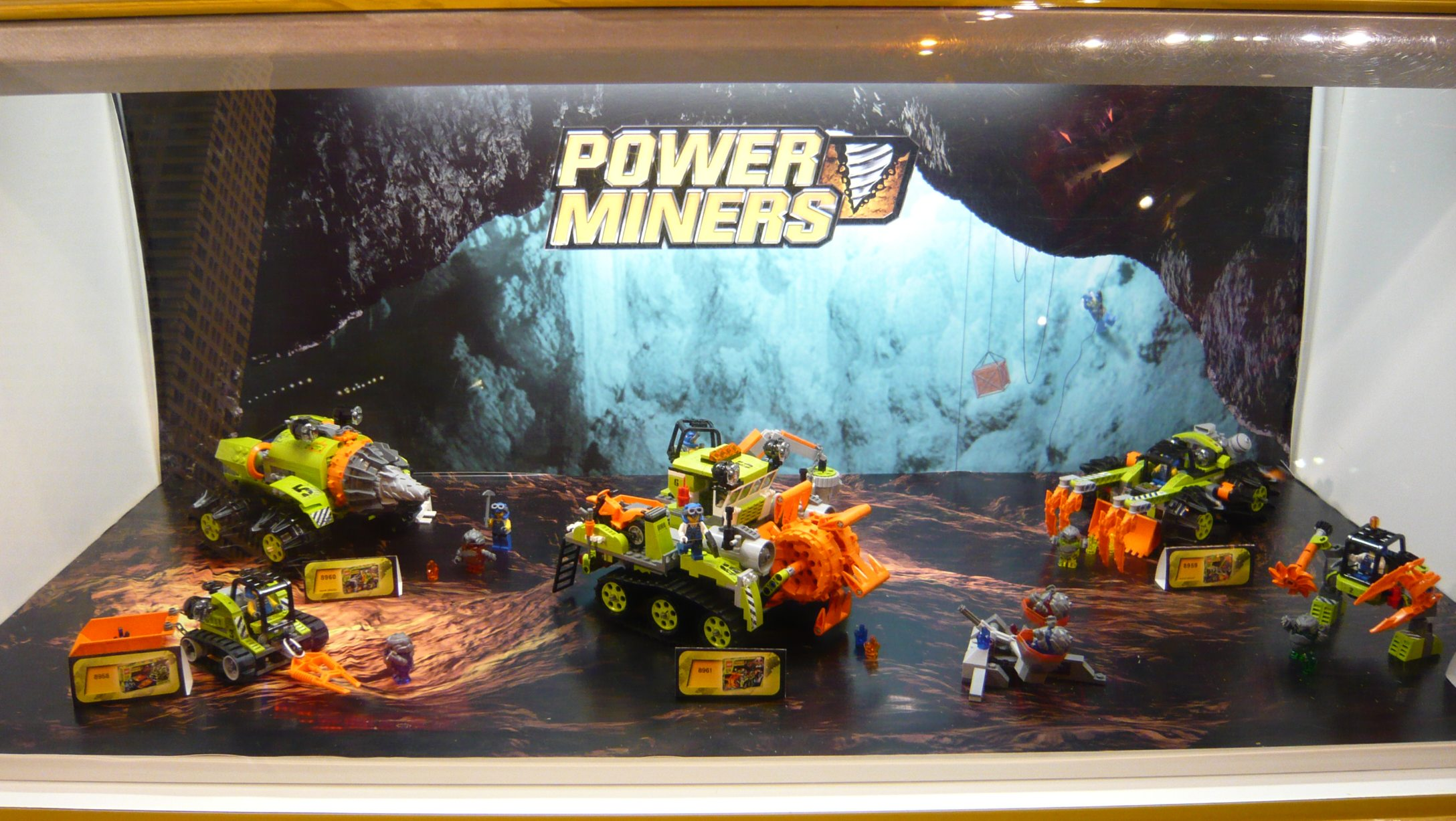 6_d_lego_toysrus_power_miners_display.jpg