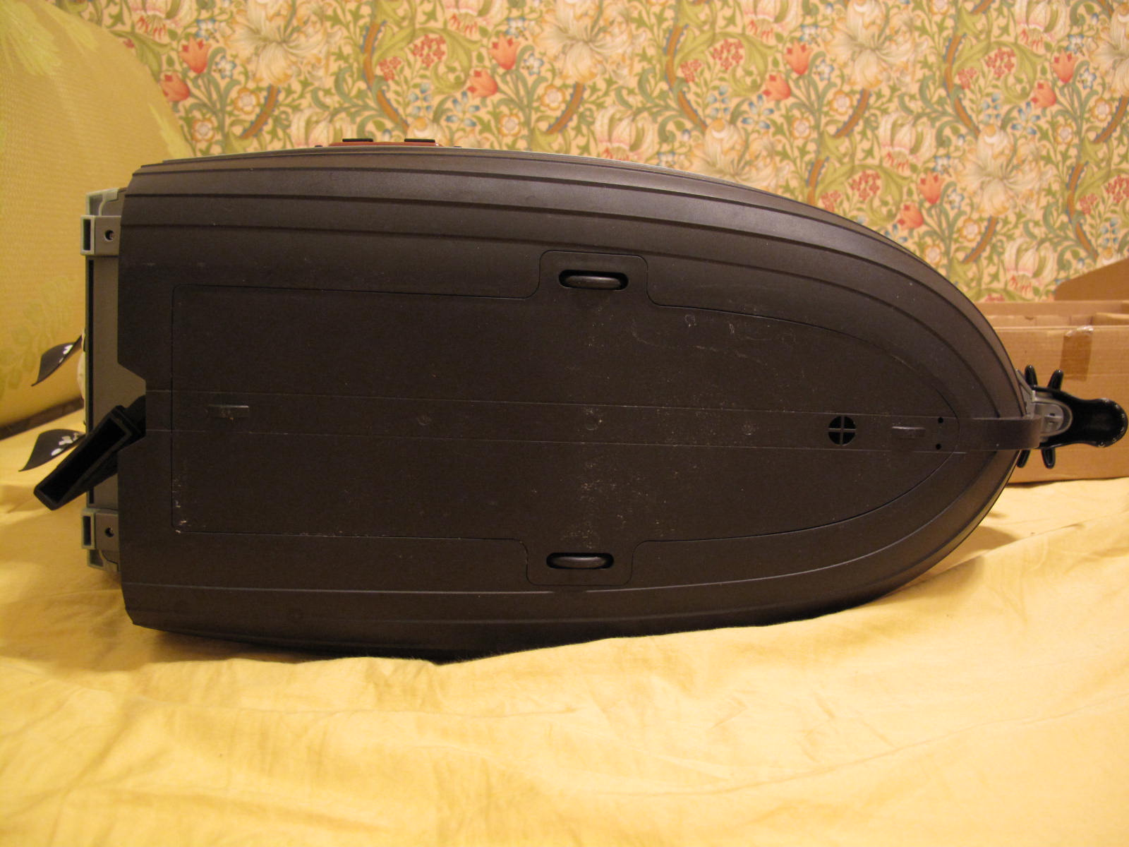 船底设计有轮子可以行进.所以平时在地板玩也可以顺利移动船身.