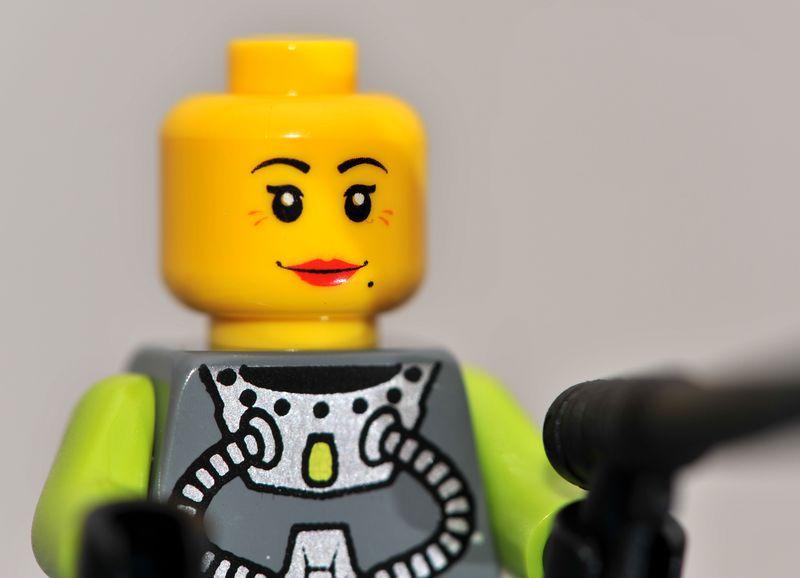 8078-minifig1-femalebarehead.jpg