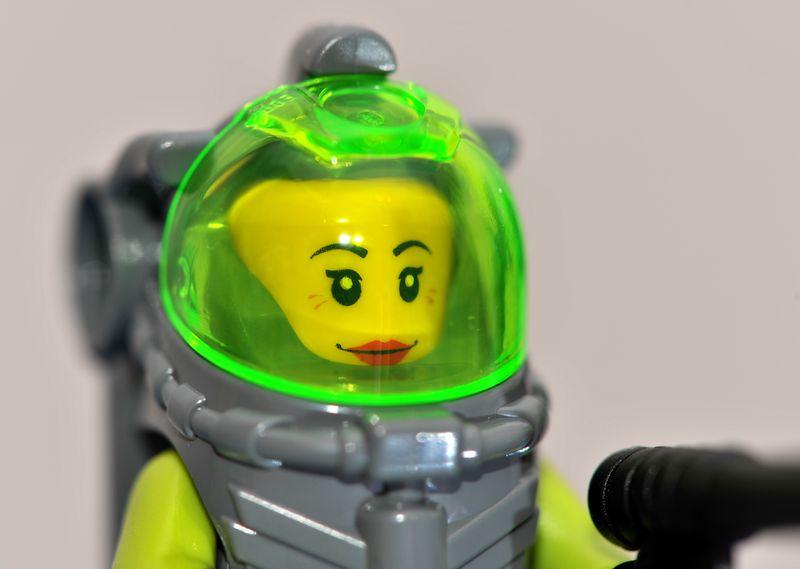 8078-minifig1-femalehead.jpg
