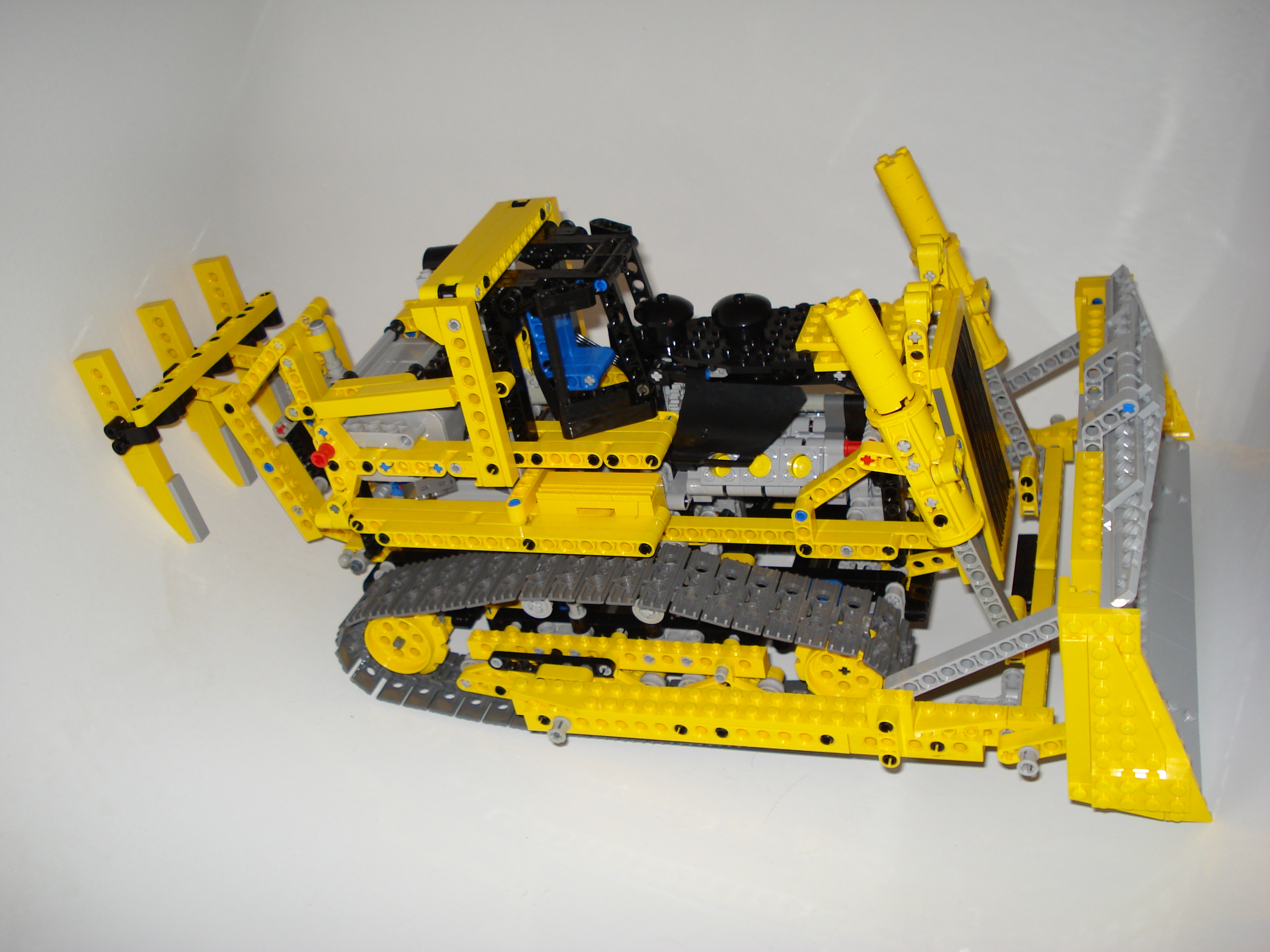 8275-motorized_bulldozer_2.jpg