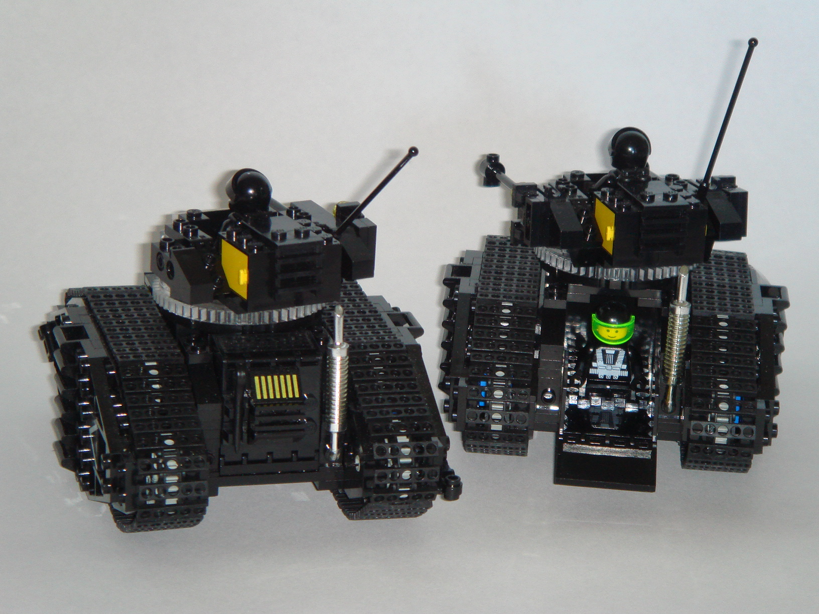 blacktron_tanks_6.jpg