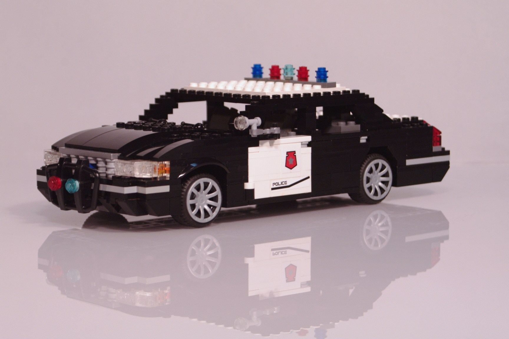ford_crown_victoria_police_cruiser_001.jpg