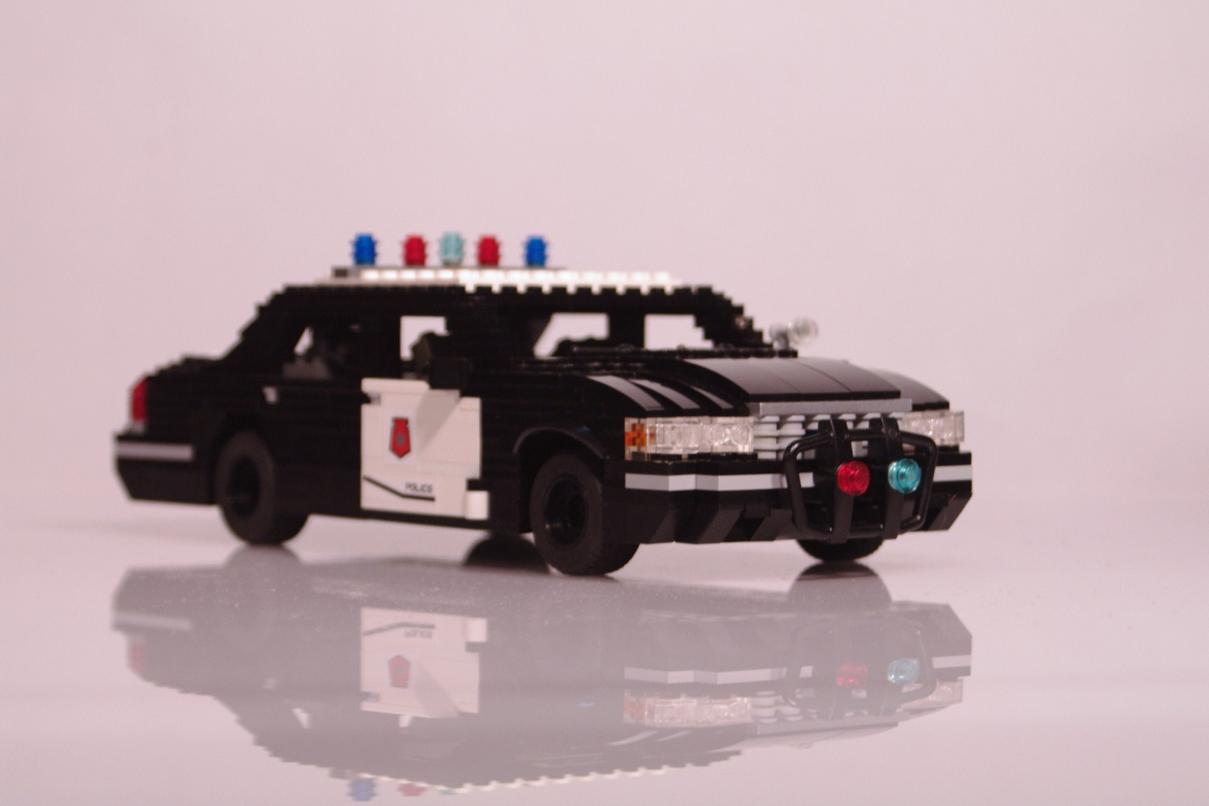 ford_crown_victoria_police_cruiser_004.jpg