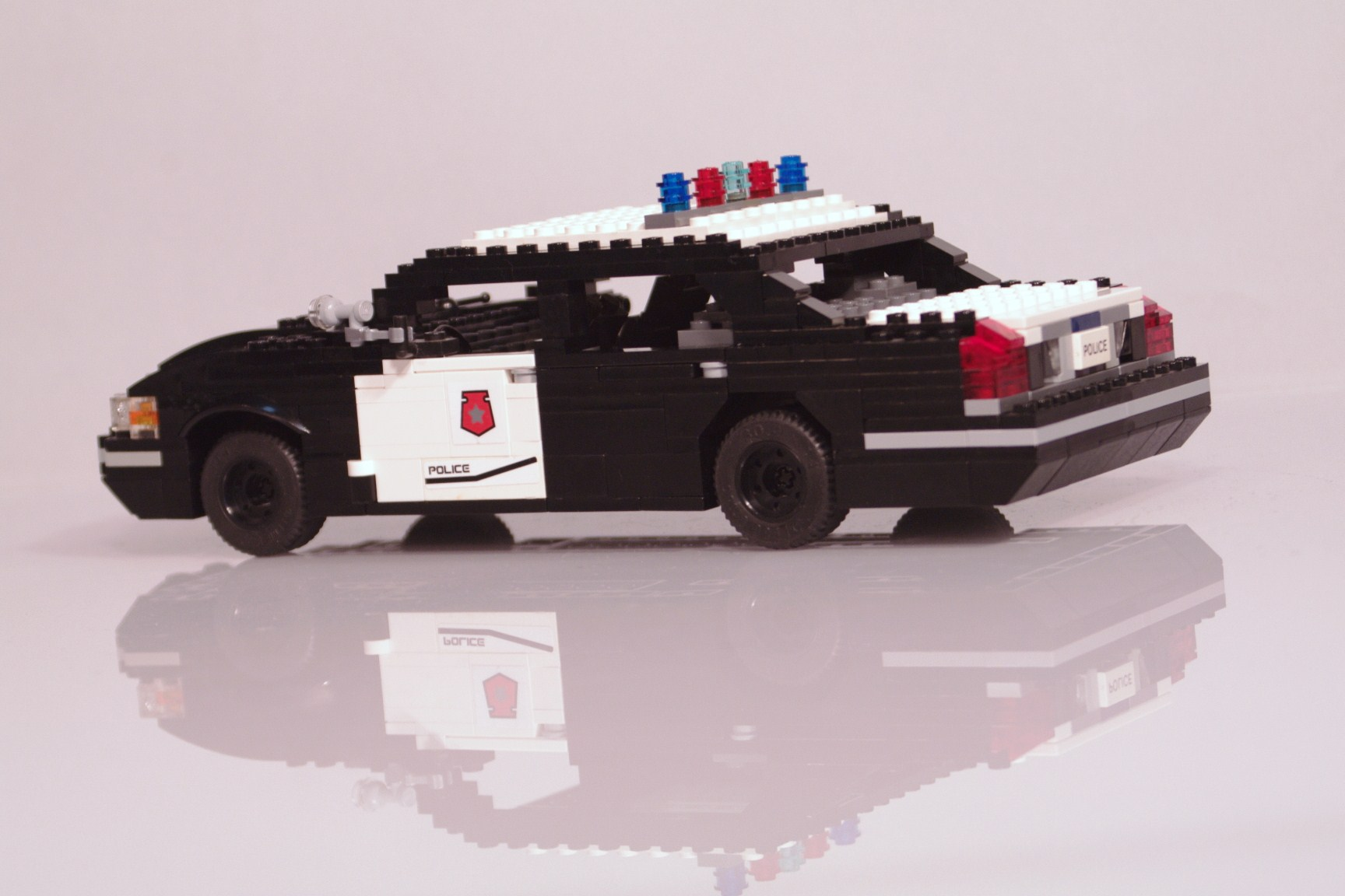 ford_crown_victoria_police_cruiser_008.jpg