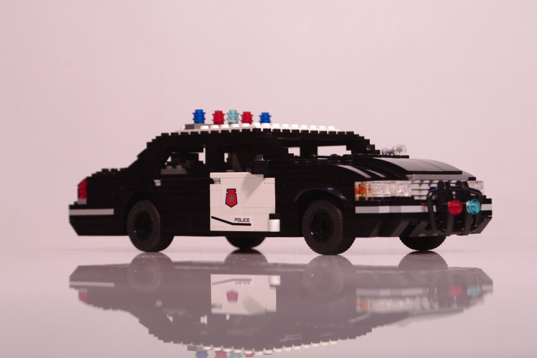 ford_crown_victoria_police_cruiser_015.jpg