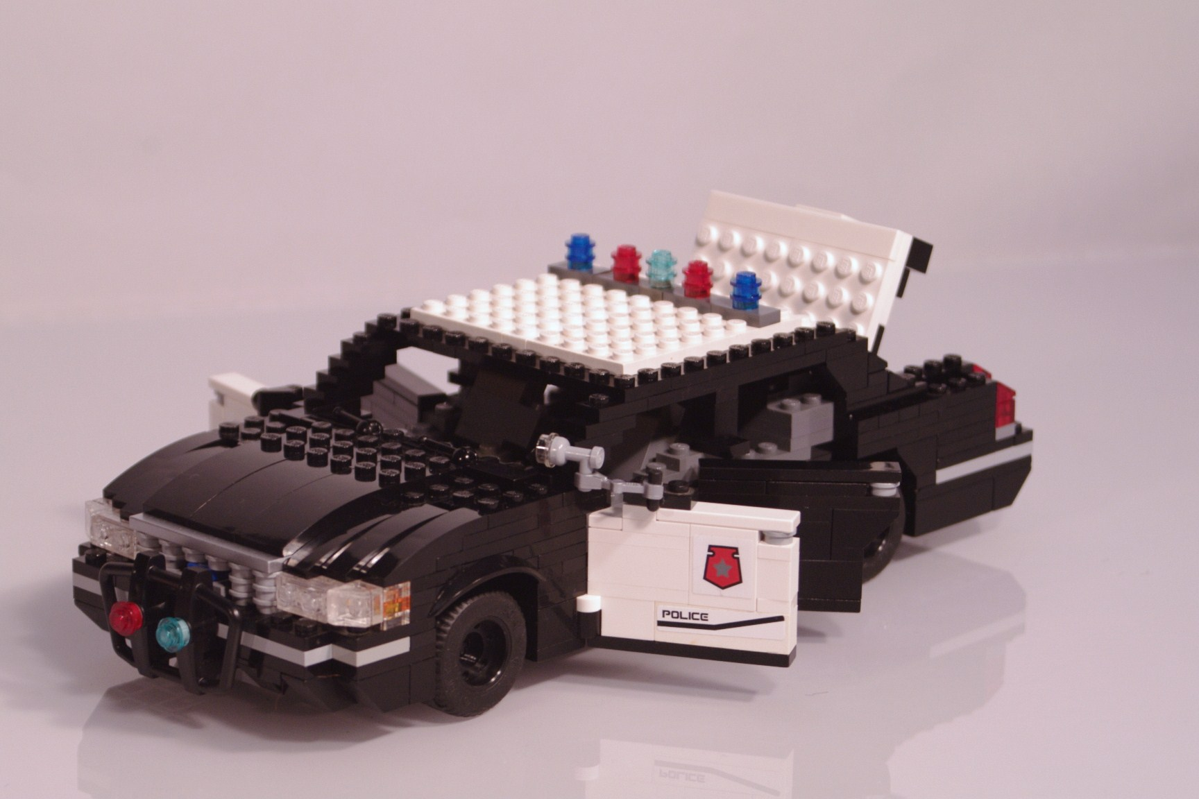 ford_crown_victoria_police_cruiser_016.jpg