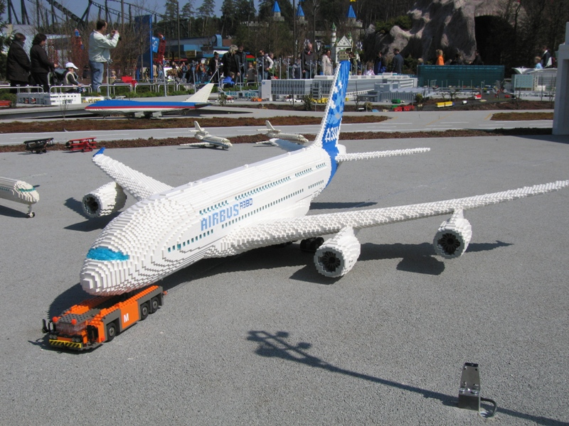 http://www.brickshelf.com/gallery/matthes/Legoland/Airport/01_airbus_a_380.jpg