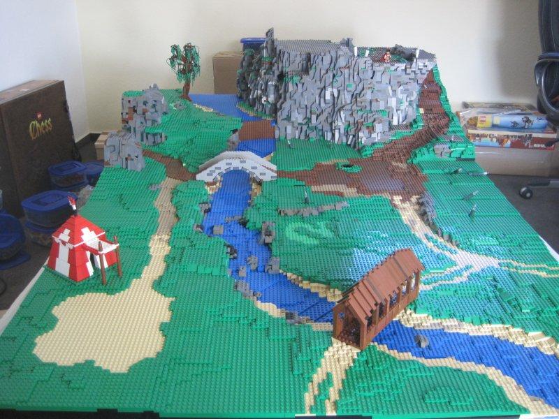 Скеля біля річки, мости і намет
