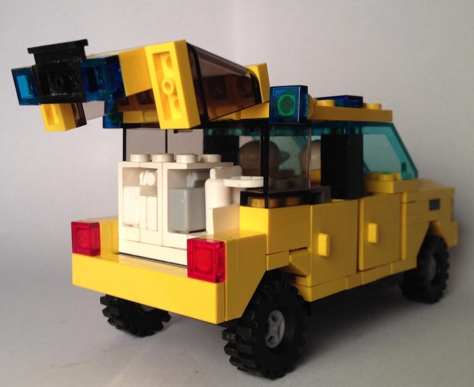 lego_mercedes_ml_emergency_doctor_behind_2.jpg