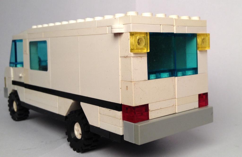 lego_white_mercedes_van_behind_1.jpg
