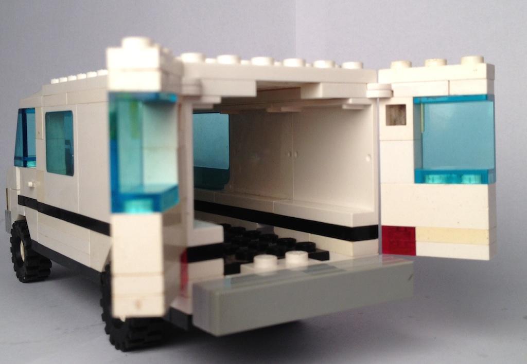 lego_white_mercedes_van_behind_2.jpg