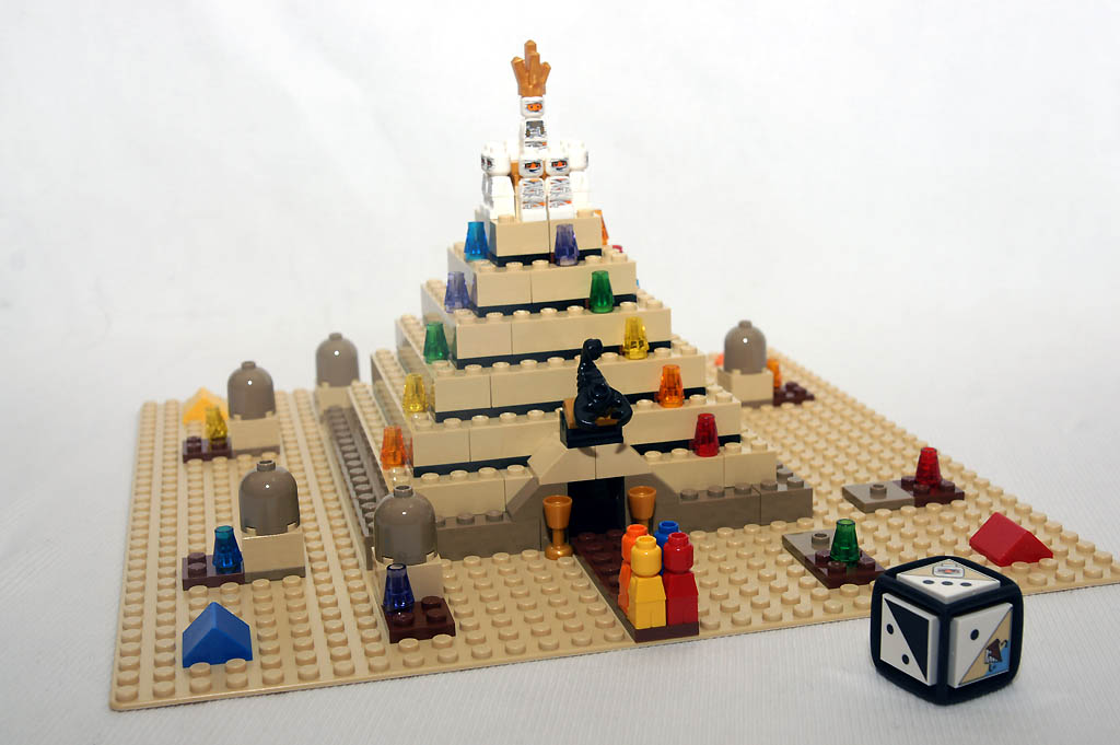 乐高金字塔是塔克最经典的作品之一.(网页截图)