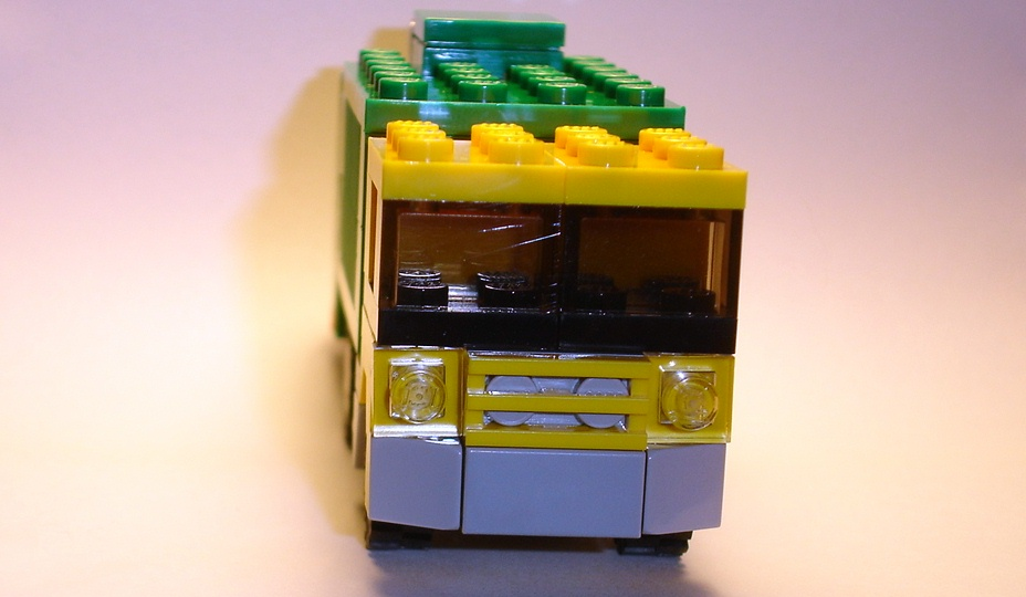 brickmaster_exclusive_set_march_2009_creator_20011_front.jpg
