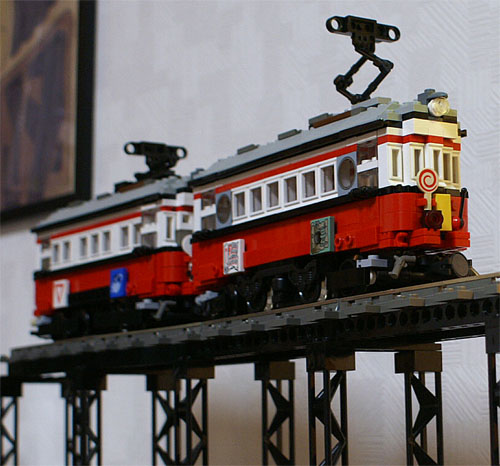 http://www.brickshelf.com/gallery/sekiyama/clocodile/JNR/NagoyaRailRoad/510and520/Crossesbridge/z4_510_16.jpg