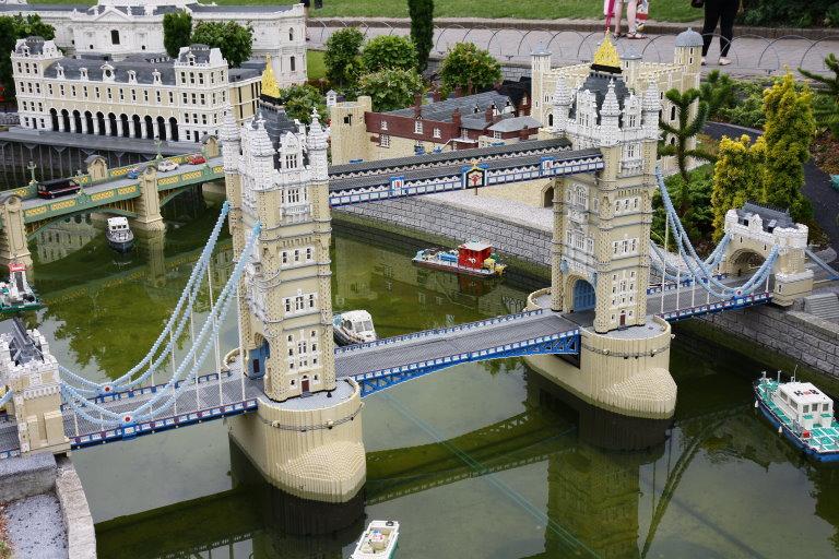 完整版的伦敦塔桥(下图是 westfield乐高专卖店